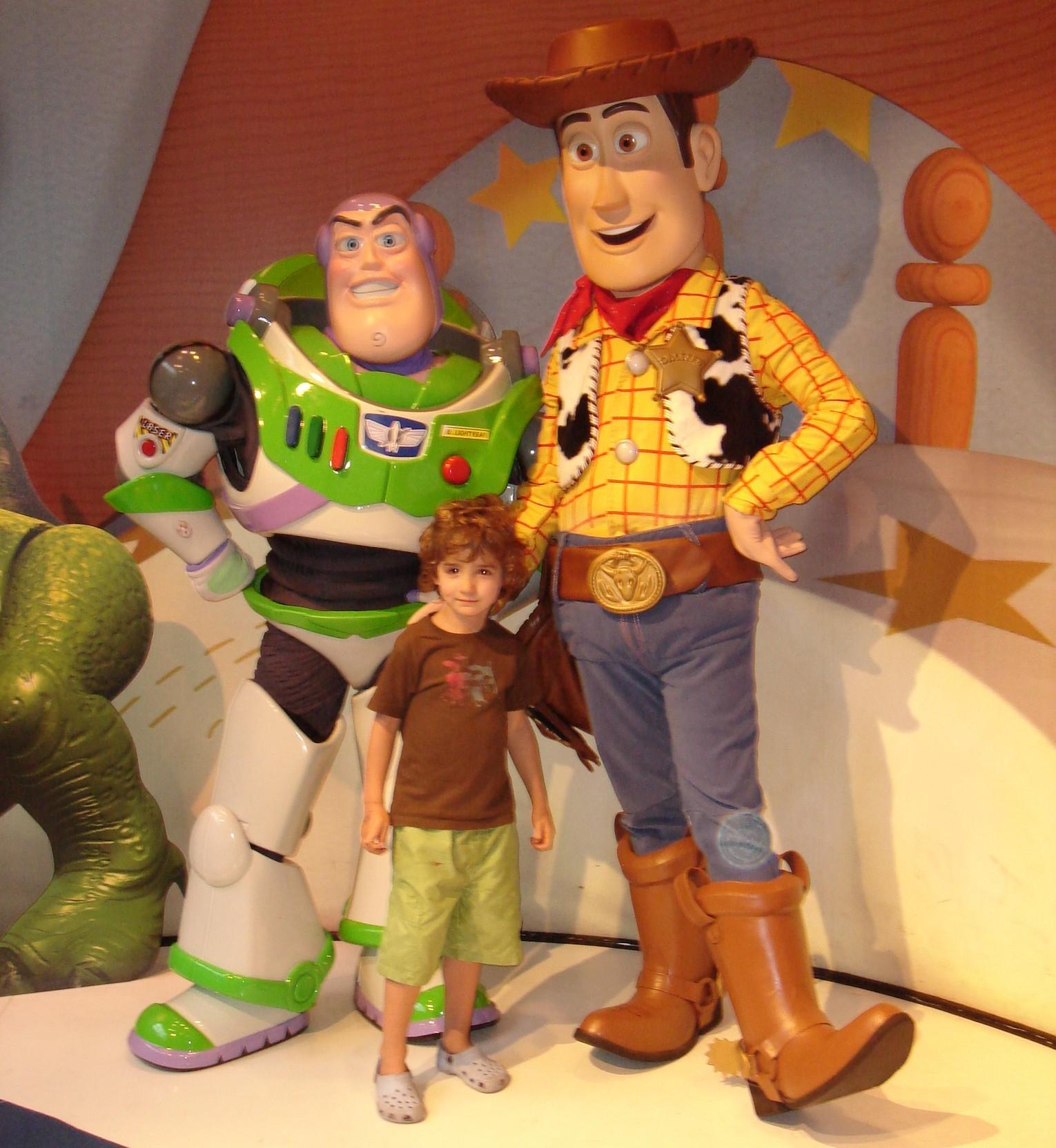 A foto com os personagens pode ser feita na frente da entrada do brinquedo