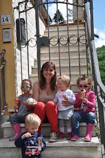 Explorando a região da Toscana com duas crianças
