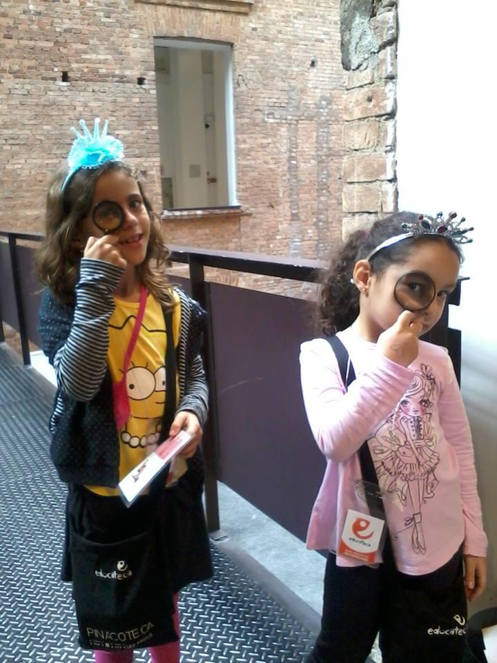 Crianças brincam de detetive na Pinacoteca de São Paulo