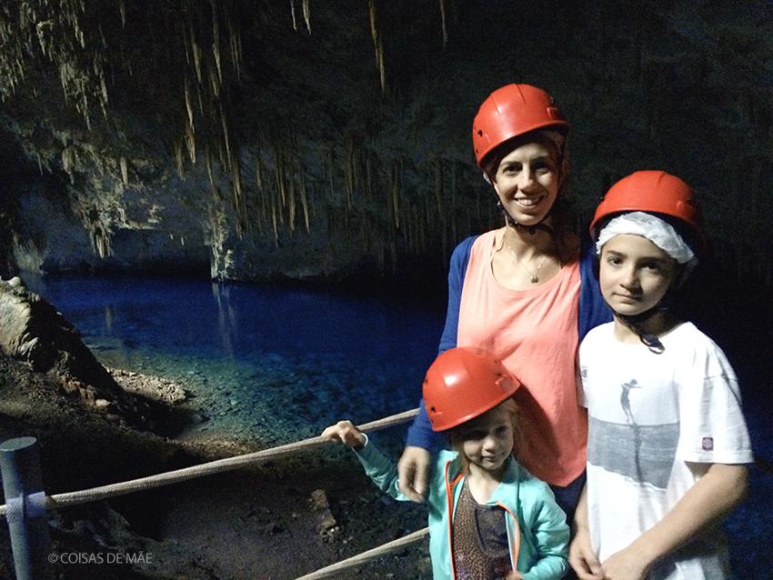 A Gruta do Lago azul é uma das atrações imperdíveis. Não são permitidas crianças menores de 5 anos.