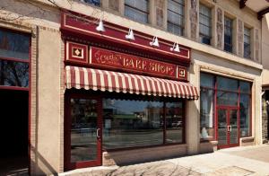 Fachada da Carlo's Bake Shop Original: um programa ideal para crianças mais velas e adolescentes.