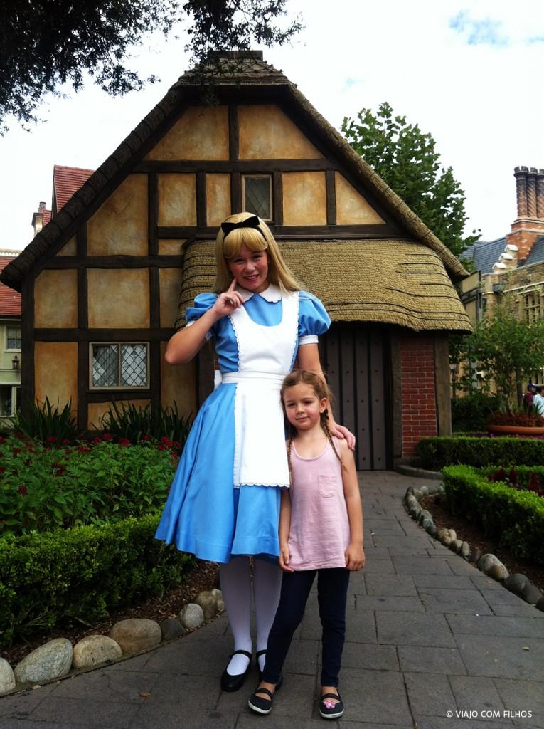 Olha quem encontramos por lá: a Alice!