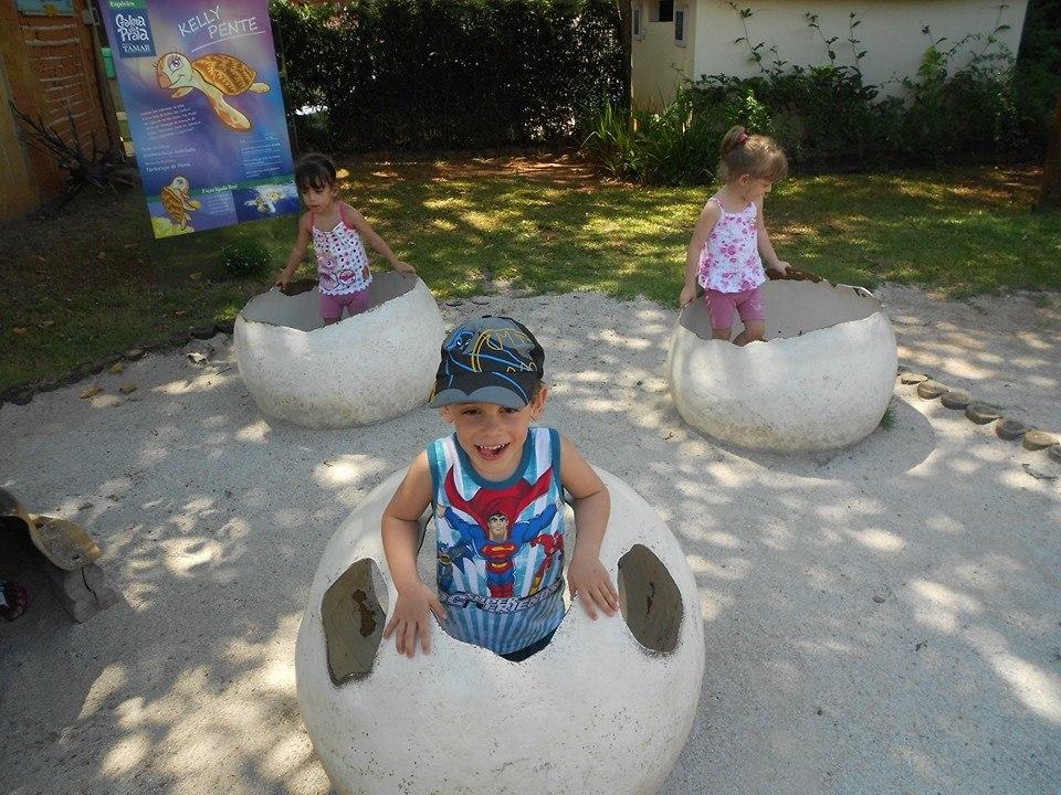 """""""Ovos de tartaruga"""" onde as crianças podiam brincar, no Projeto Tamar."""