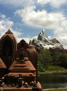 Dentro da montanha ao fundo está a montanha russa Expedition Everest - Legend of the Forbbiden Mountain. Só para as crianças maiores!