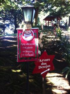 Gramado com Crianças Aldeia do Papai Noel Árvore dos Desejos