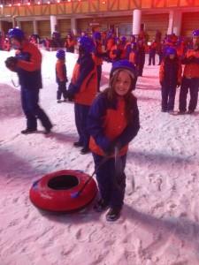 Marina brincando na neve antes da aula de snowboard