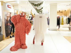 Os monsntrinhos passeiam por toda a loja