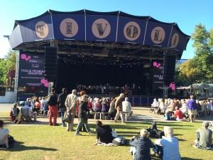 O palco onde acontecem os shows locais e de outros artistas fica num gramado enorme!
