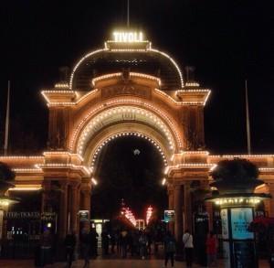 Dinamarca com crianças Copenhagen Tivoli arco iluminado fachada