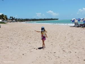 Na praia há cadeiras e guarda sol do Hotel