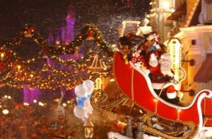 Papai Noel Mickey's Very Merry Christmas Parade Disney com crianças Natal na Disney