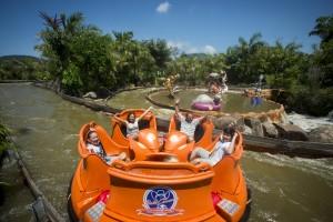 Beto Carrero com crianças pequenas Madagascar Crazy River Adventure