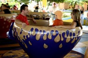 Beto Carrero com crianças pequenas Xícaras Malucas