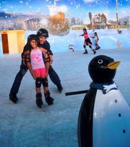 Beto Carrero com crianças pista de patinação no gelo On Ice instrutor