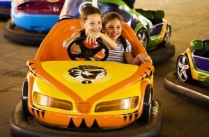 Beto Carrero com crianças pequenas auto-pista carrinho bate-bate