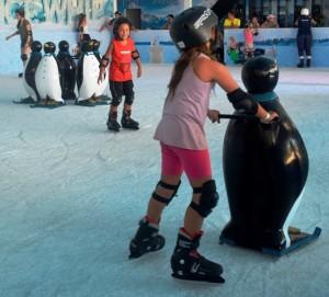 Beto Carrero com crianças pista de patinação no gelo On Ice pinquim de apoio