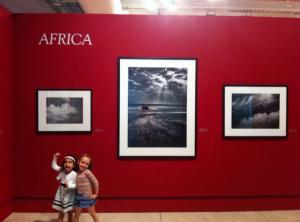 Alice e Luize na exposição do Sebastião Salgado no MON
