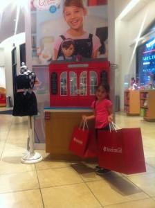 Olivia feliz da vida com suas compras!