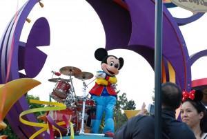 Segundo a Olivia, o Mickey é o chefe da Disney!