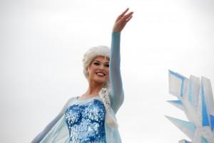 Elsa, Anna e Olaf abriram a parada!