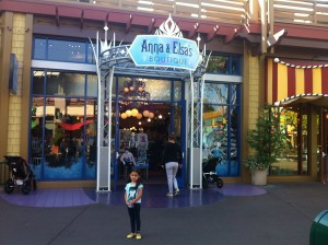 Olivia em frente a Anna&Elsa Boutique