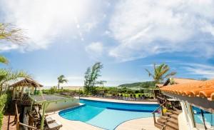 vista geral da piscina no Village Praia do Rosa