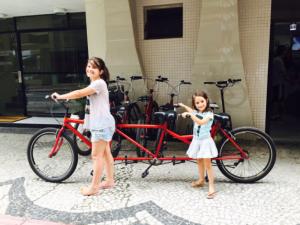 Marina e Olivia loucas para alugar a bicicleta tripla, que ficou para a próxima viagem...