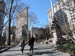 Marina e Olivia correndo em frente ao Flatiron Building, uma das nossas regiões preferidas na cidade