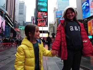Marina mostrando para a irmã sua parte preferida da cidade