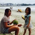 Nina e Lili saboreando milho e água de coco!