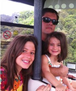 Família subindo o morro de teleférico