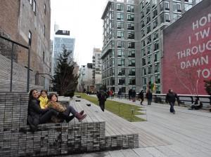 Eu e as meninas em uma arquibancada do High Line