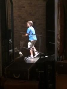 Pedro atravessando a plataforma 9 3/4 na Universal