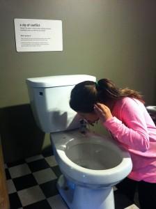 A Marina foi a única da família que teve coragem de beber água na privada!