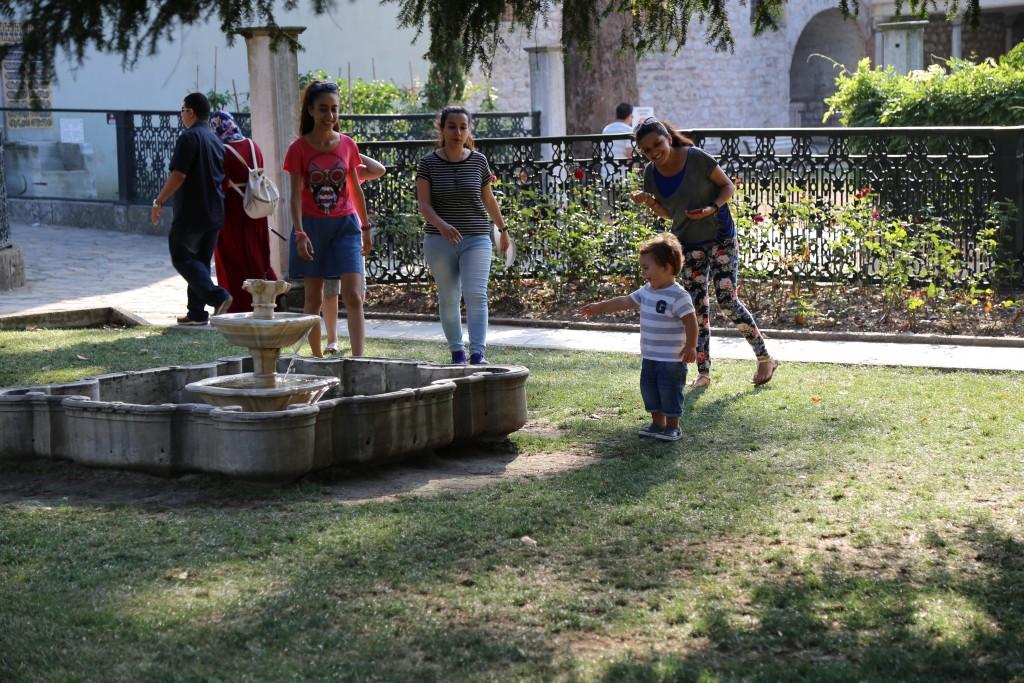 Kai brincando nos jardins do Palácio Topkapi