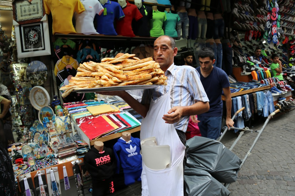 Saída do Gran Bazaar... o folhado de queijo estava uma delícia!