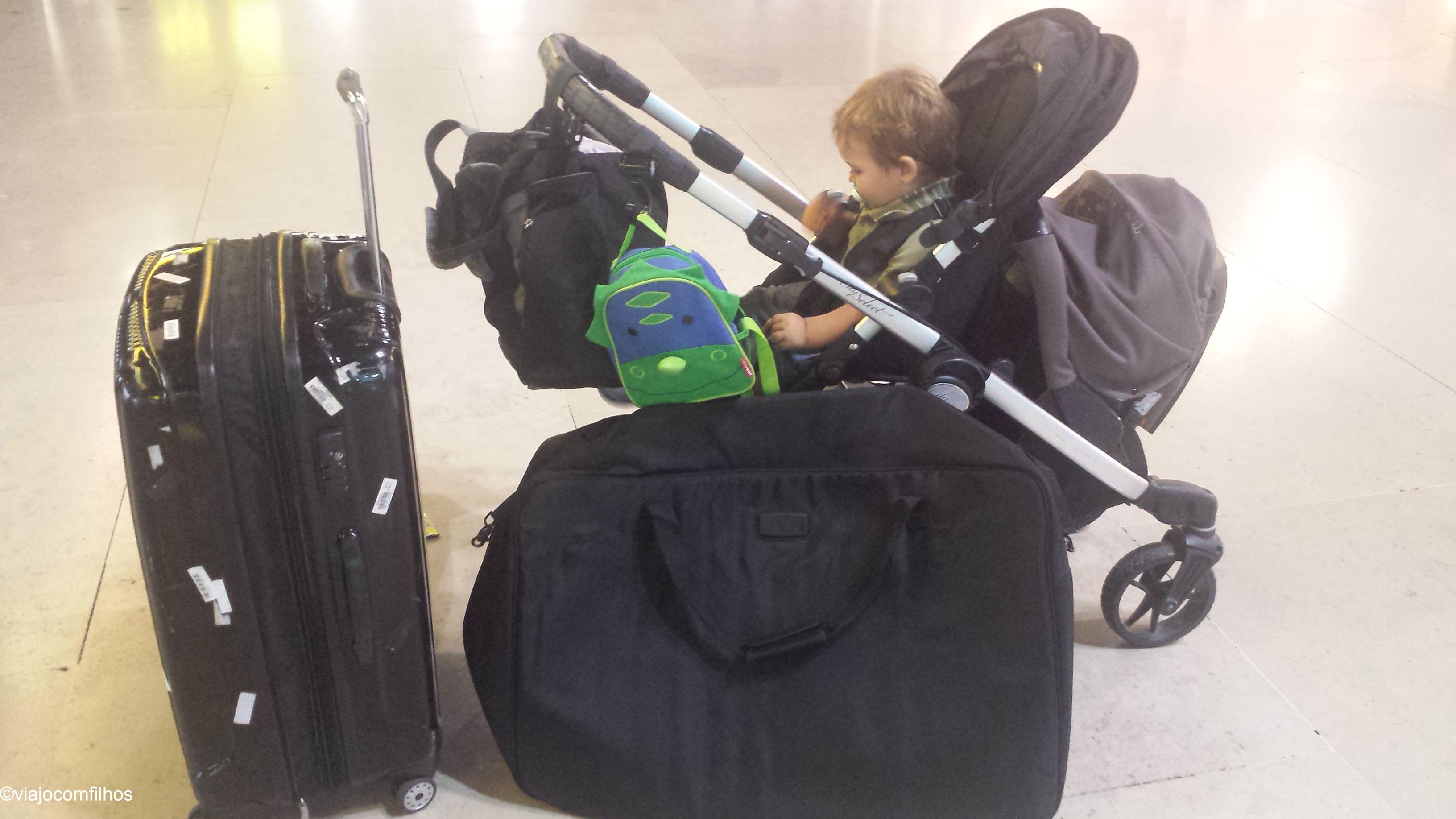 Uma mala para os dois, o carrinho (com a capa protetora), bolsa e mochila do Kai