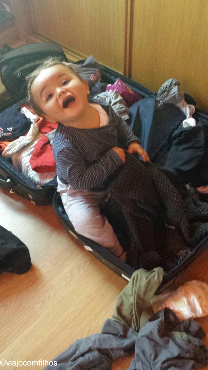 Ajudando a mamãe a arrumar a mala