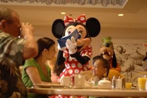 Refeição com personagens na Disney