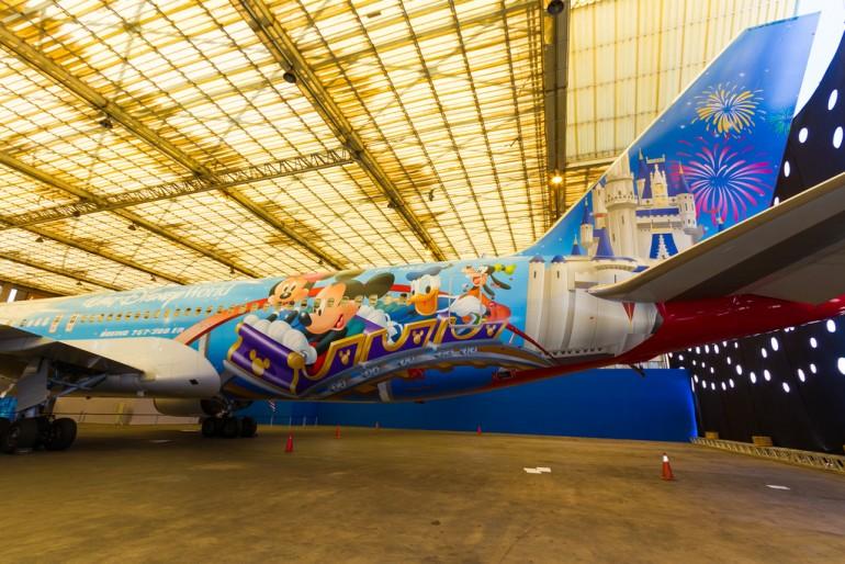 TAM tem avião adesivado com personagens Disney para Orlando