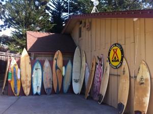 Pranchas de surf em um camping KOA, na Califórnia