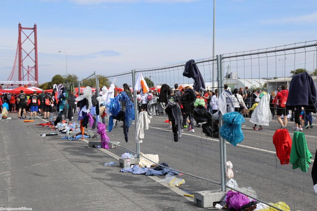 Roupas deixadas (jogadas fora) pelos participantes.