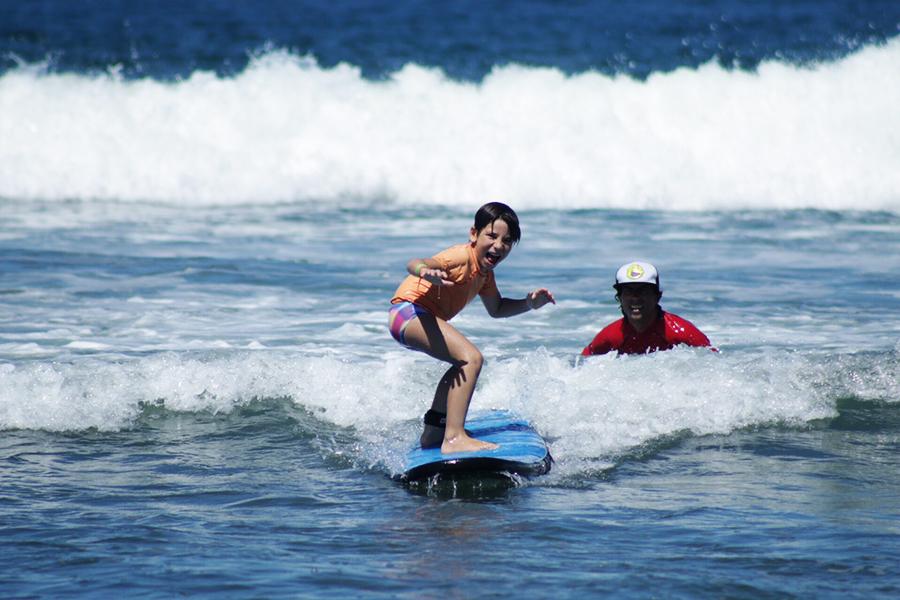 Surfe para crianças no litoral de São Paulo