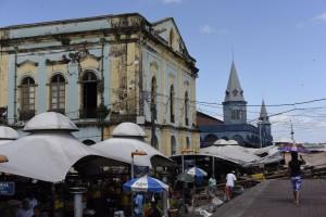 O Mercado Ver-o-Peso, é composto por várias alas e barracas, mas sua fachada mais conhecida é a construção azul ao fundo.