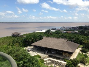 Visto  de  cima,  o  Museu  Amazônico  da  Navegação  e  no  lado esquerdo, o Portal da Amazônia, às margens do Rio Guamá.