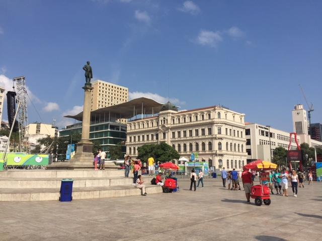 Praça Mauá com o MAR ao fundo
