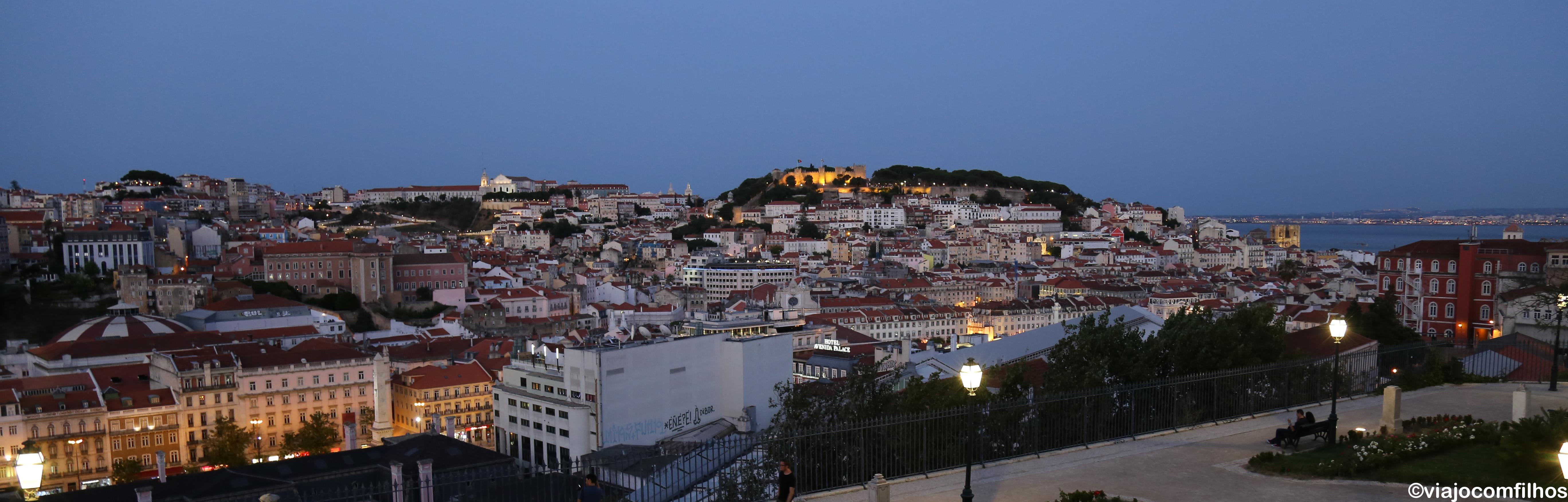 Vista desde o mirador de Sao Pedro de Alcântara para o castelo de Sao Jorge