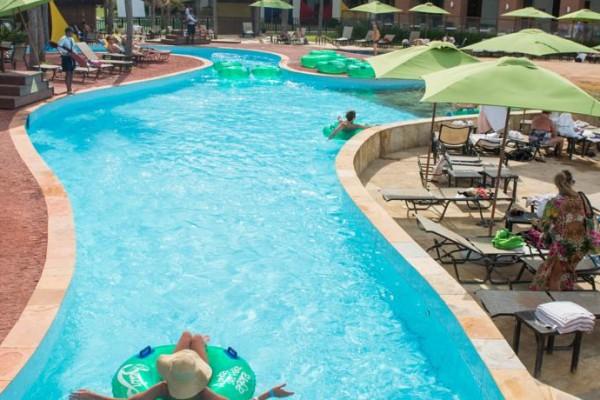 O Acqua Resort tem uma piscina com correnteza que vai até a entrada do Beach Park