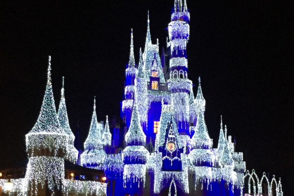 Castelo congelado pela Elsa no show Frozen Holiday Wish