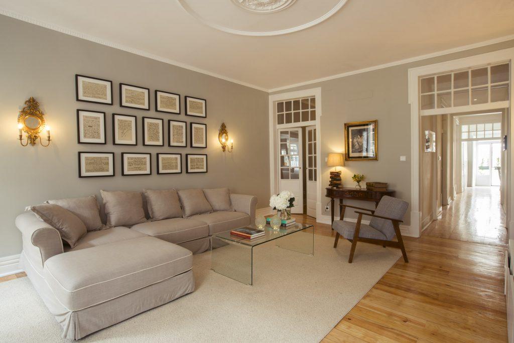 Hospedagem em Lisboa: sala com sofá quadros na parede mesa de centro